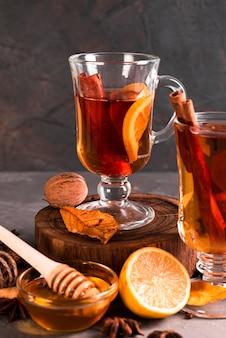 Vista frontal del té con canela.
