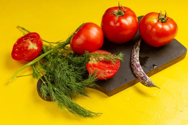 Vista frontal de tomates rojos frescos verduras frescas y maduras con verduras y frijoles