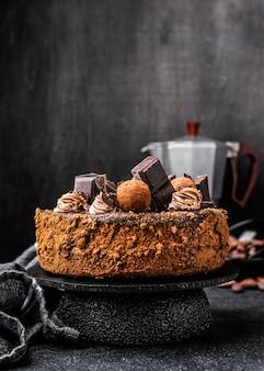 Vista frontal de la torta de chocolate redonda en el stand con espacio de copia