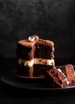 Vista frontal de la torta con un corte cortado