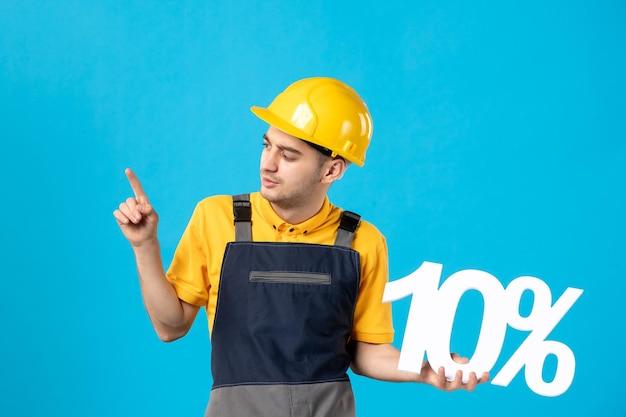Vista frontal del trabajador de sexo masculino en uniforme con escritura en azul