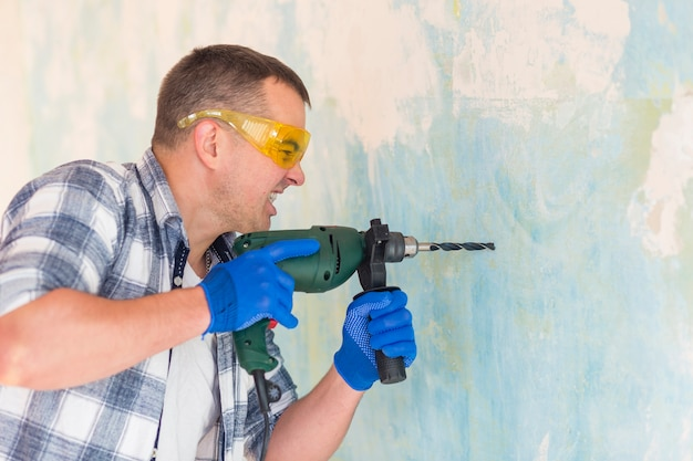 Vista frontal del trabajador sosteniendo un martillo perforador