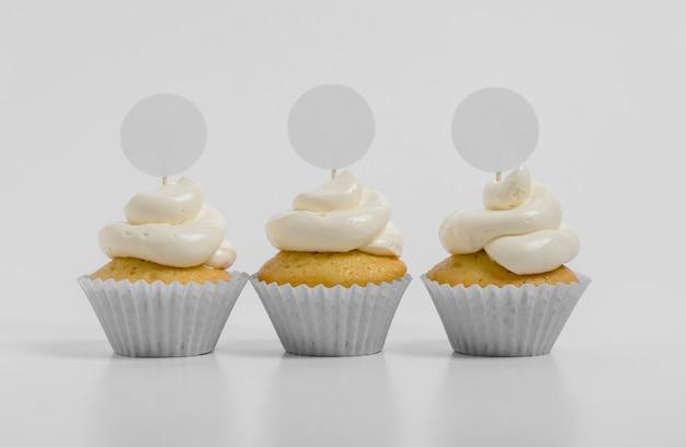 Vista frontal de tres cupcakes con espacio de copia