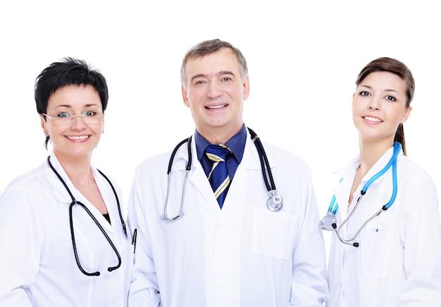 Vista frontal de tres médicos felices juntos