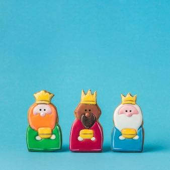 Vista frontal de tres reyes para el día de la epifanía.