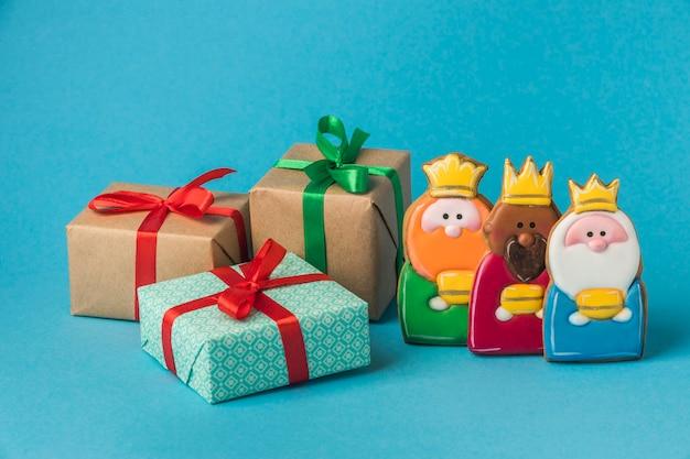Vista frontal de tres reyes con regalos para el día de la epifanía.
