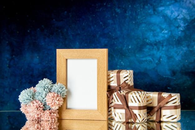 Vista frontal de vacaciones de marco de imagen en blanco presenta flores sobre fondo oscuro