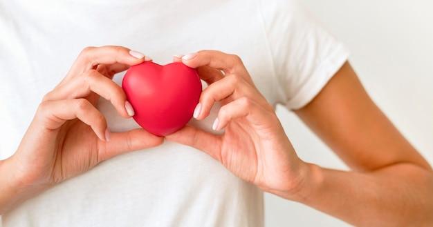 Vista frontal, de, valor en cartera de mujer, forma corazón