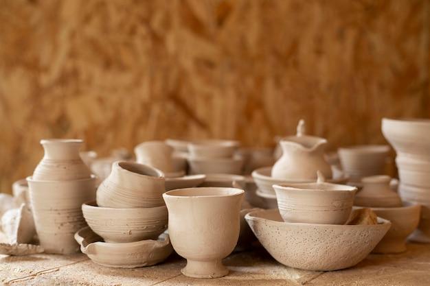 Vista frontal varios jarrones de cerámica concepto de cerámica