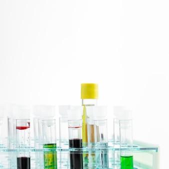 Vista frontal de varios tubos de química