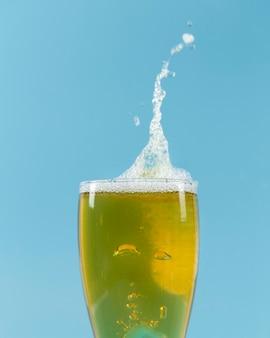 Vista frontal vaso de cerveza