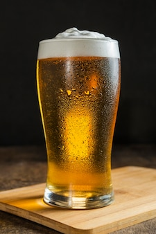 Vista frontal del vaso de cerveza