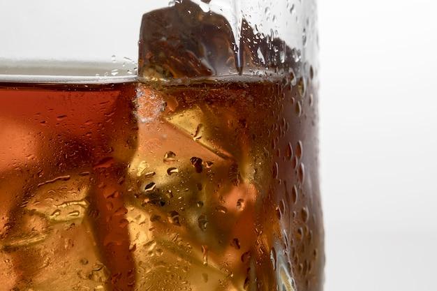 Vista frontal del vaso con líquido y hielo.