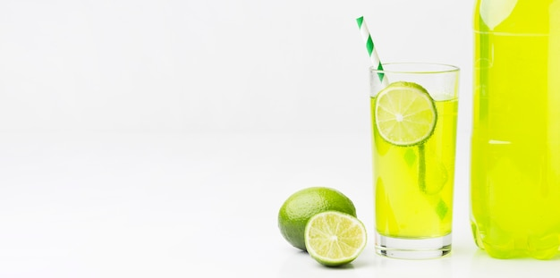 Vista frontal del vaso con refresco y limón.