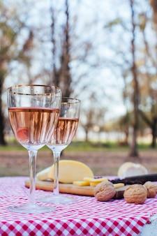 Vista frontal vasos con vino junto a comida gourmet