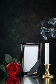 Vista frontal de la vela sin fuego con marco de imagen en negro