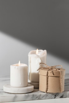 Vista frontal de las velas del día de la epifanía con espacio de copia y caja de regalo