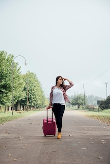 Vista frontal del viajero con su equipaje