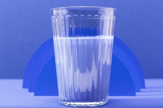 Vista frontal de vidrio de batido azul