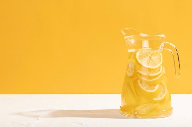 Vista frontal de vidrio con espacio de copia de limonada