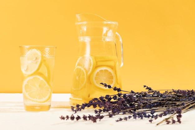 Vista frontal de vidrio con limonada y lavanda