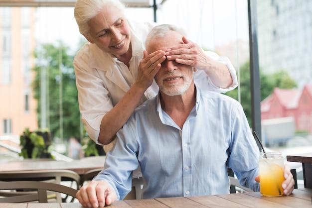 Vista frontal del viejo hombre siendo sorprendido
