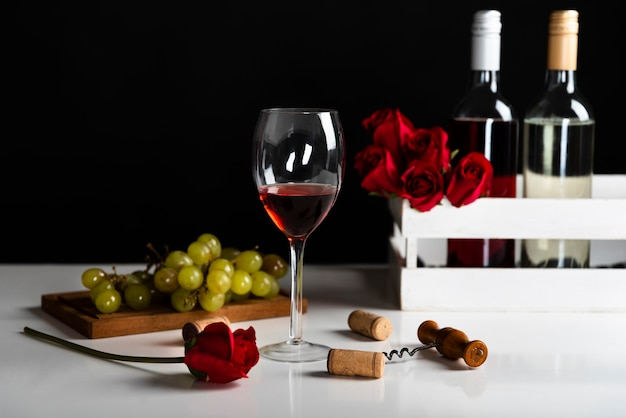 Vista frontal vino aperitivo con uvas