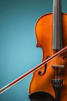 La vista frontal del violín en la pared azul