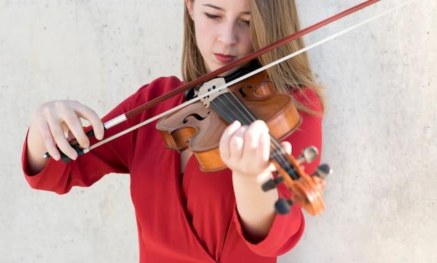 Vista frontal del violinista tocando