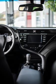 Vista frontal vista interior del auto nuevo