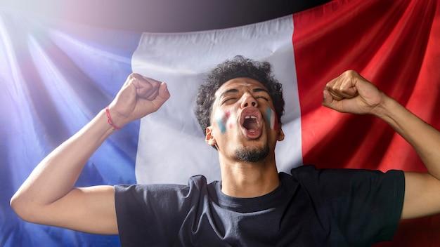 Vista frontal, de, vítores, hombre, con, bandera francesa