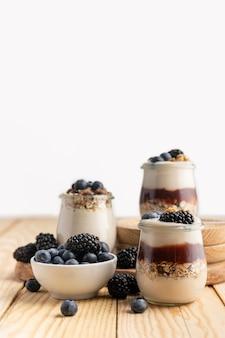 Vista frontal de yogurt con arándanos y moras