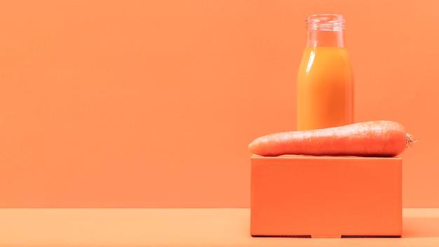 Vista frontal de zanahoria y batido con espacio de copia