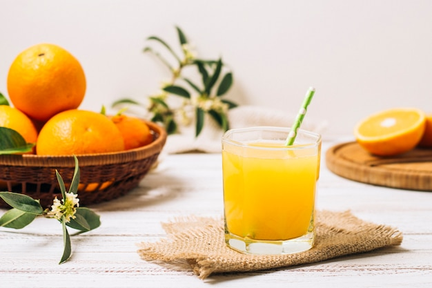 Vista frontal de zumo de naranja casero.