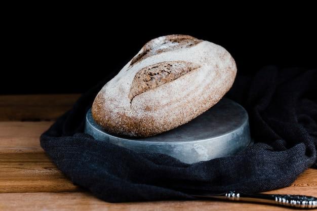 Vista de fuente de pan en la mesa de madera