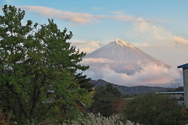 La vista de fuji en la noche, japón