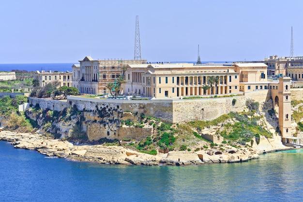 Vista general del kalkara palace villa bighi en malta, grand harbour.