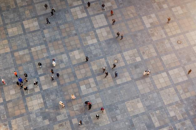 Vista de la gente en la calle desde arriba.