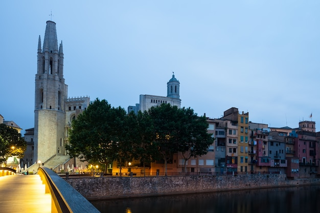 Vista de girona en la mañana. cataluña