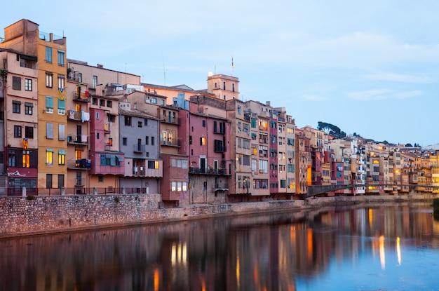 Vista de girona en la noche. cataluña