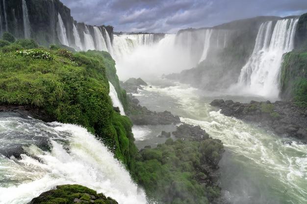 Vista de hermosas cascadas de iguazú en brasil