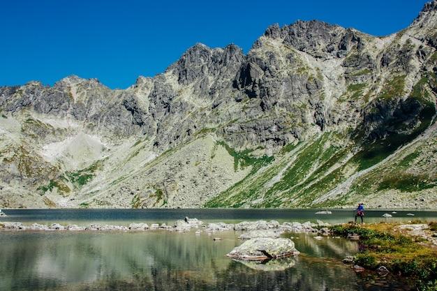Vista del hermoso lago en las montañas de verano