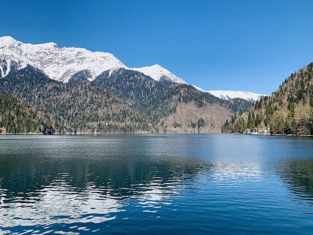 Vista de un hermoso lago y montañas