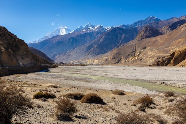 Vista de los himalayas y pueblo jomsom