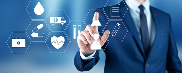 Vista de un hombre de negocios tocando el icono médico