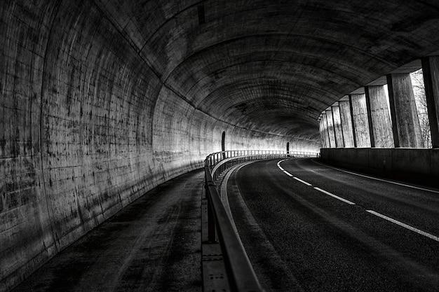 Vista horizontal de una carretera vacía en el túnel.