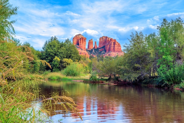 Vista horizontal de cathedral rock en sedona, arizona.