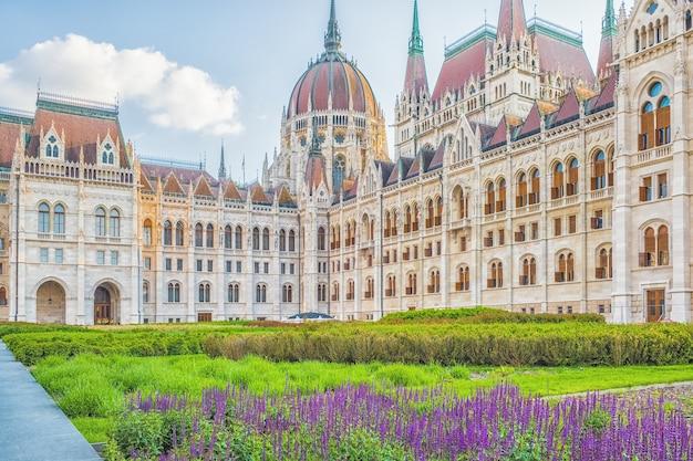 Una vista horizontal de la ciudad de budapest, el edificio del parlamento húngaro, uno de los edificios más bellos de la capital húngara