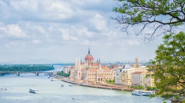 Una vista horizontal de la ciudad de budapest, el edificio del parlamento húngaro