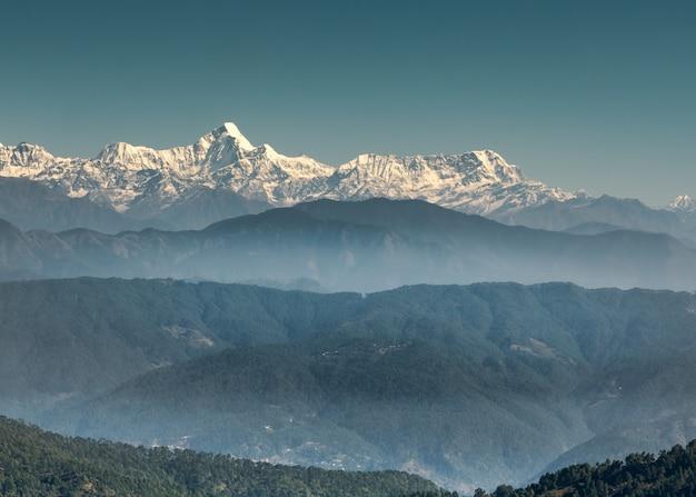 La vista horizontal de las cordilleras del himalaya sobre un fondo de cielo despejado